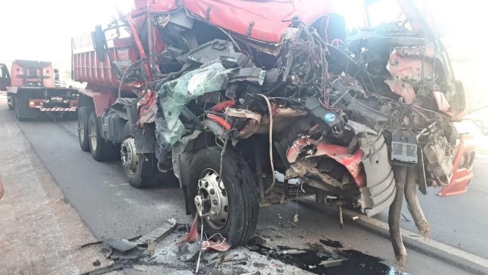 acidente, mercedes, benz, atego, volkswagen, br 101, flogão, flogao, elite, caminhoneiro, motorista,