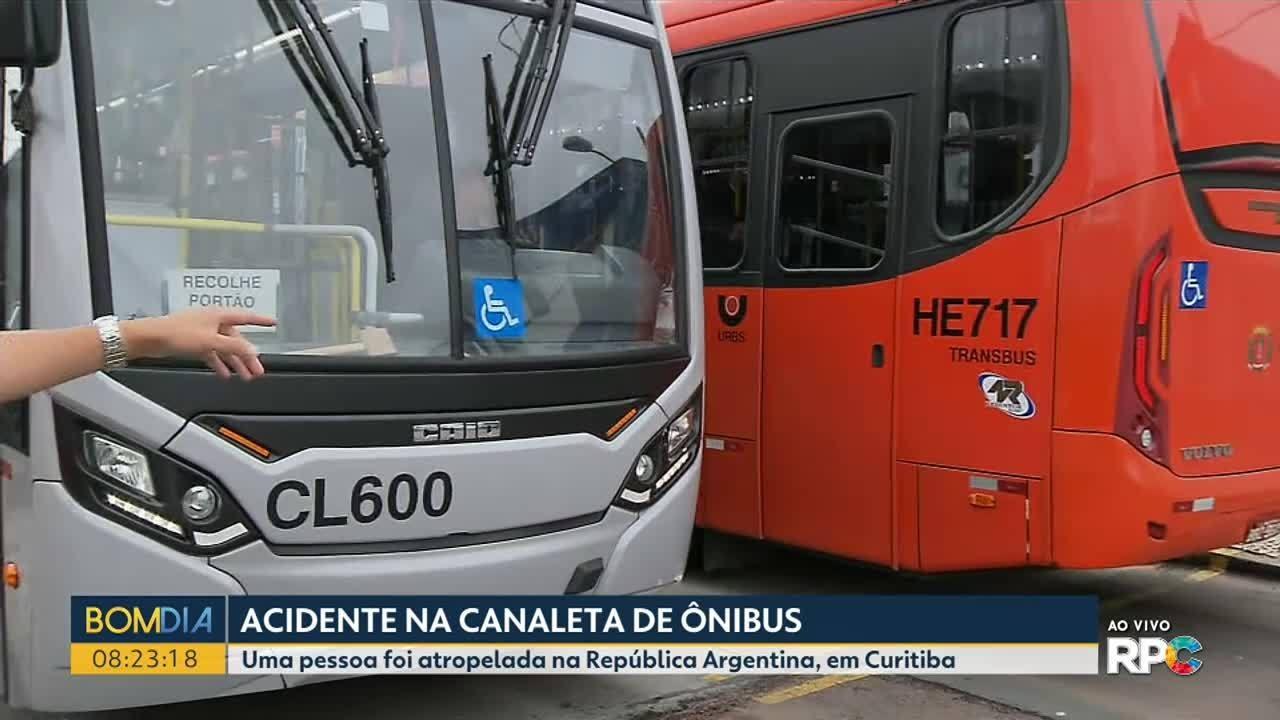 Ciclista fica gravemente ferido em acidente com ônibus em canaleta, em Curitiba
