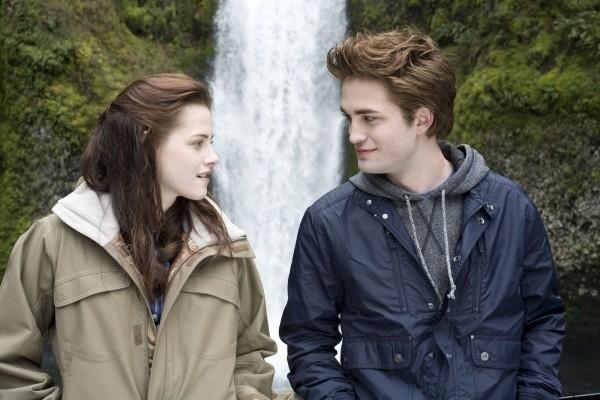 Kristen Stewart e Robert Pattinson em cena do primeiro filme da franquia Crepúsculo (Foto: Reprodução)