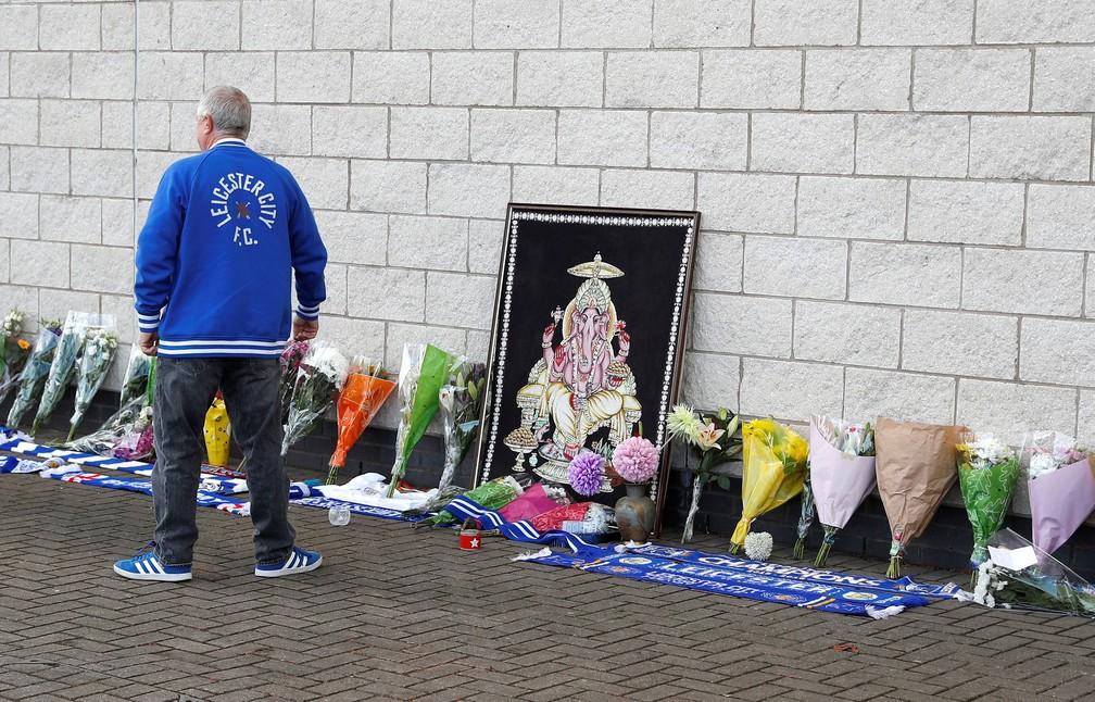Fã do Leicester City coloca flores do lado de fora do estádio neste domingo (28) após acidente com helicóptero em Leicester, na Inglaterra   — Foto: Peter Nicholls/ Reuters