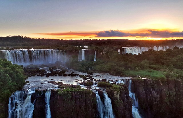 IGUACU, BRAZIL - APRIL 8: A sunset panoramic view of the Argentinian side of the waterfalls on April 8, 2019 in the Iguaçu National Park, Brazil. The falls, which straddle the border of Argentina and Brazil, are known in Spanish as Cataratas del Iguazú an (Foto: Getty Images)