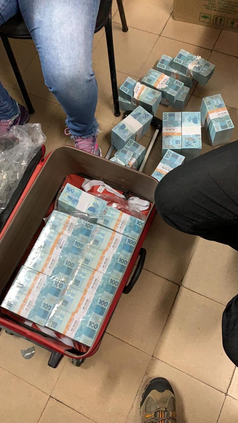 Mala com dinheiro em Juiz de Fora — Foto: Polícia Civil/Divulgação