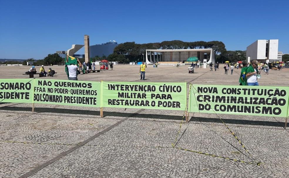Faixas com dizeres antidemocráticos na Praça dos Três Poderes, em Brasília, neste domingo (7) — Foto: Luiz Barbieri/G1