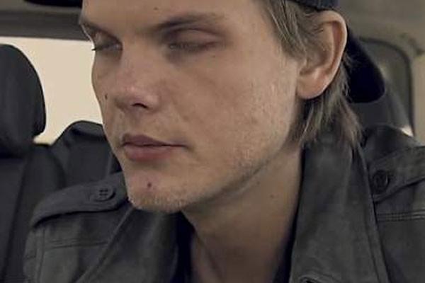 Avicii tenta se manter acordo em trecho de seu documentário (Foto: Reprodução)