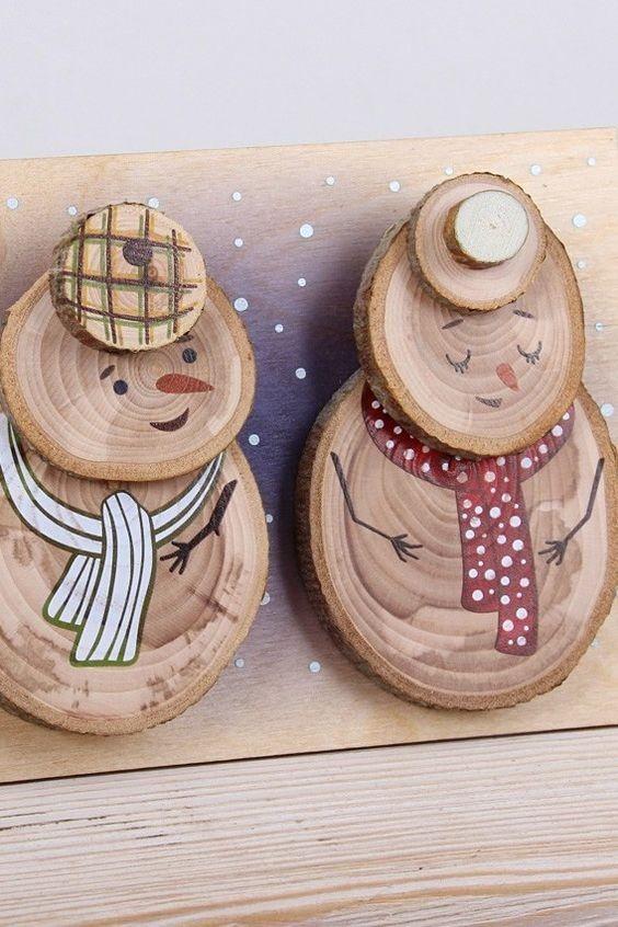 Bonecos de neve feitos com madeira pintada (Foto: Pinterest)