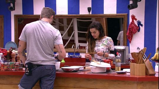 Paula prepara refeição e Breno abre lata de goiabada