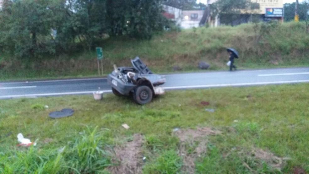 Um dos veículos envolvido no acidente teve uma parte arrancada (Foto: PRF/Divulgação)