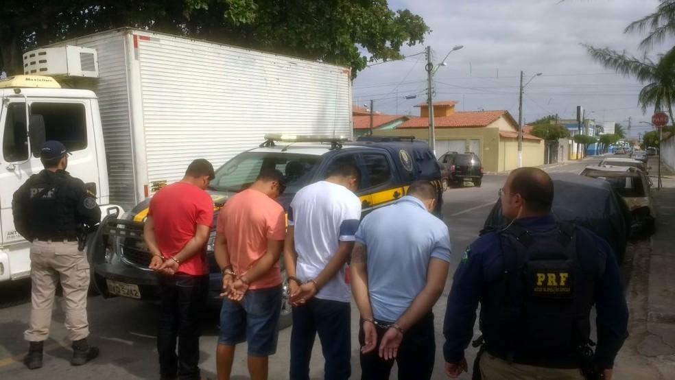 PRF prendeu suspeitos após fuga na BR-116 (Foto: PRF/Divulgação)