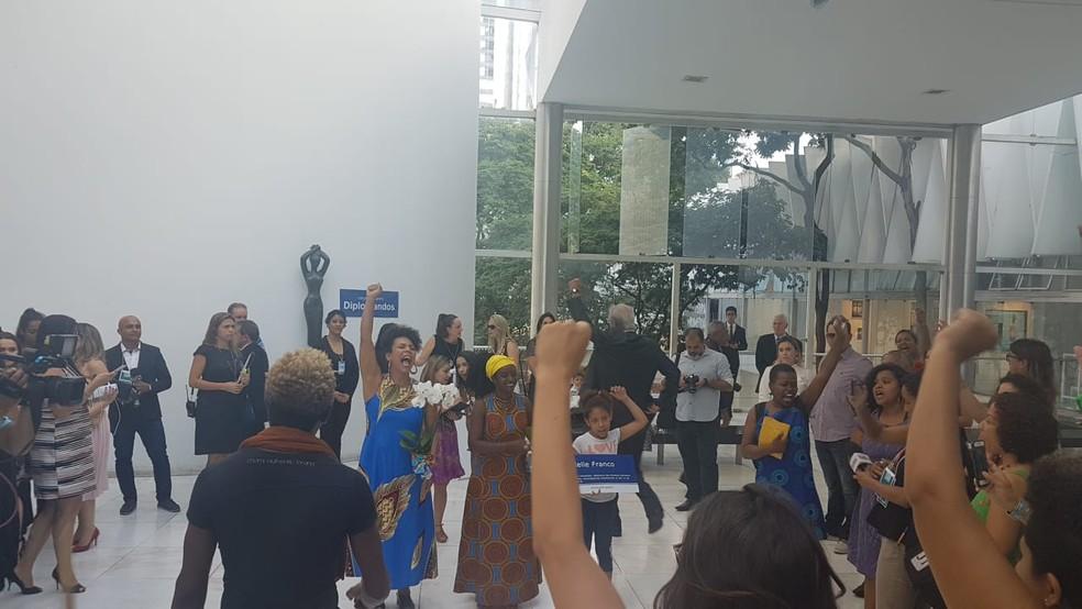Deputada federal eleita Áurea Carolina (Psol), deputada estadual eleita Andréia de Jesus (Psol) e militantes do partido fazem homenagem a Mariele Franco na diplomação em Minas — Foto: Thaís Pimentel/G1