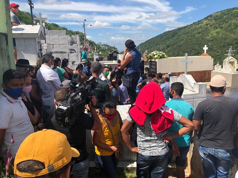 Vítimas de acidente com ônibus em MG são enterradas em cemitério de Água Branca (AL) — Foto: Douglas França/TV Gazeta