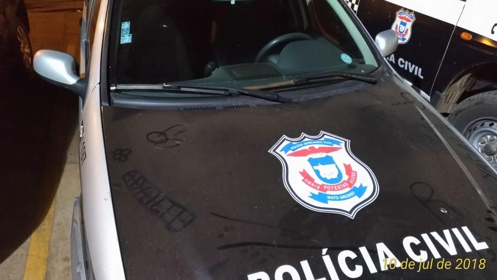 Jovem aproveitou a poeira que estava sobre a viatura para fazer o desenho (Foto: Polícia Civil de Sorriso)