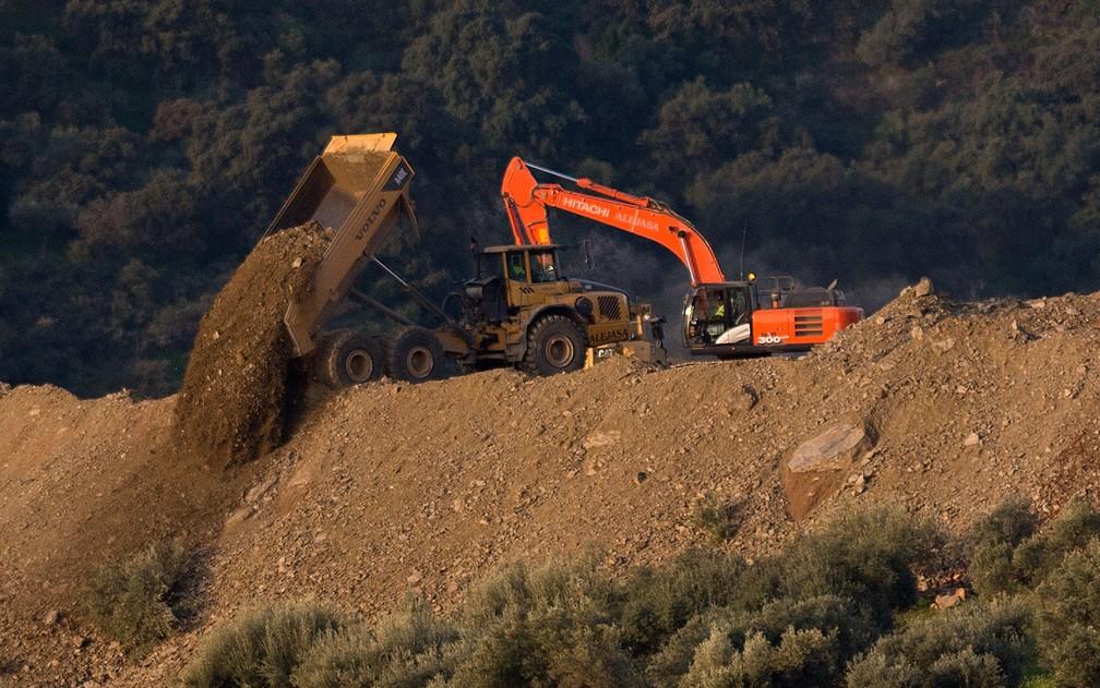 Escavadeiras são usadas para remover areia na região onde o menino Julen caiu em um poço em Totalán, na Espanha, em foto de quinta-feira (17) — Foto: Reuters/Jon Nazca