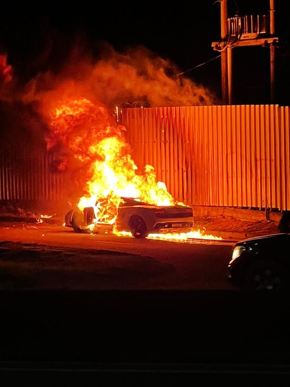 Vídeo mostra carro de luxo pegando fogo em Vila Velha, ES