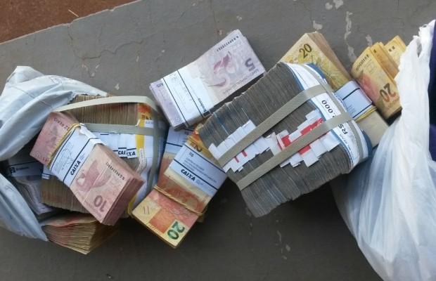 Dentro do avião foi encontrado cercar de R$ 500 mil que seriam de laranja de político do TO, em Piracanjuba, Goiás (Foto: Divulgação/Polícia Civil)