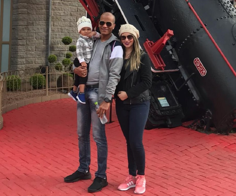 Médico cubano Osmany Garbey Charadan, de 37 anos, com a esposa e o filho brasileiros em viagem a Gramado, RS — Foto: Cedida