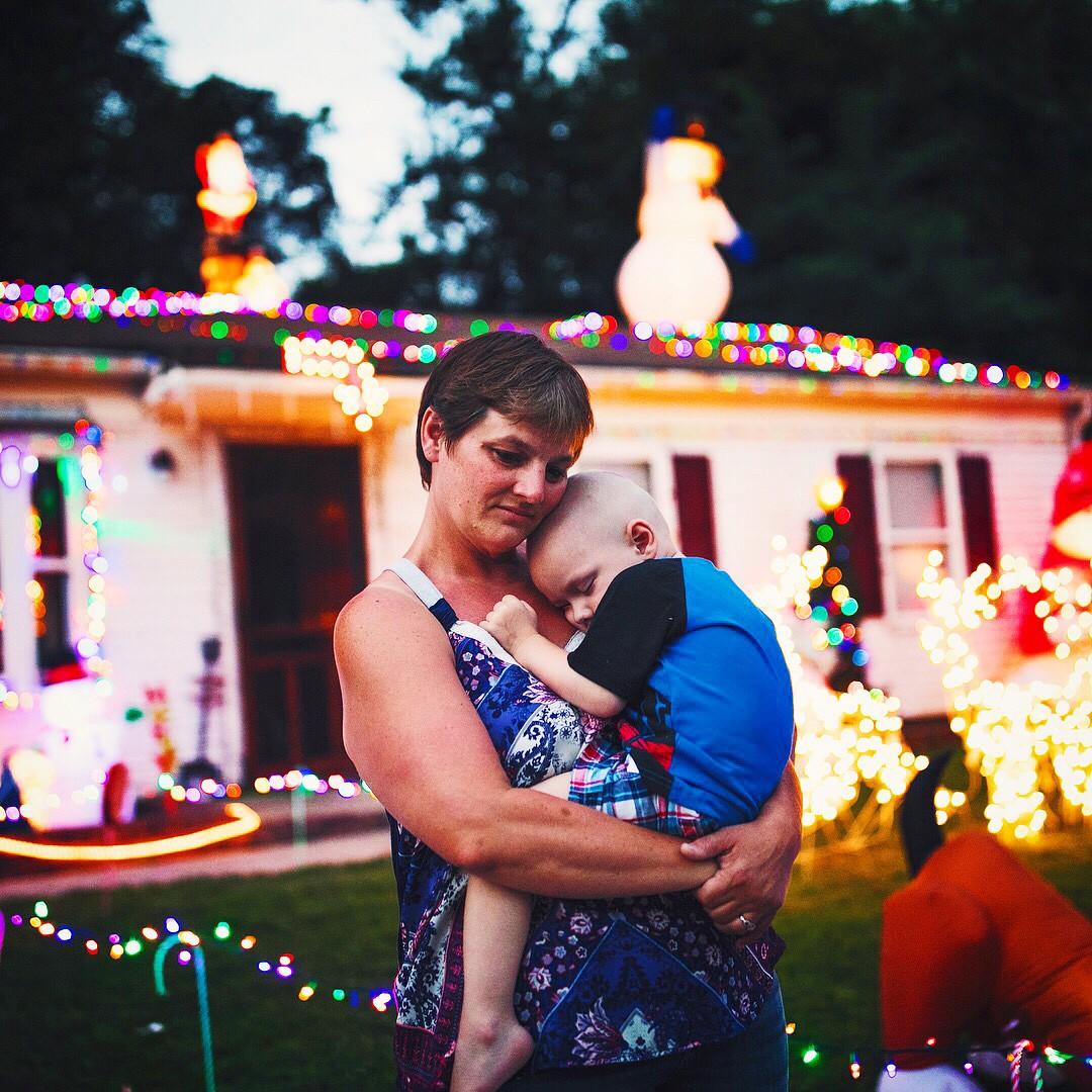 A mãe, Shilo, com o filho Brody no colo em frente à casa da família decorada em setembro para o Natal (Foto: Reprodução / Instagram)