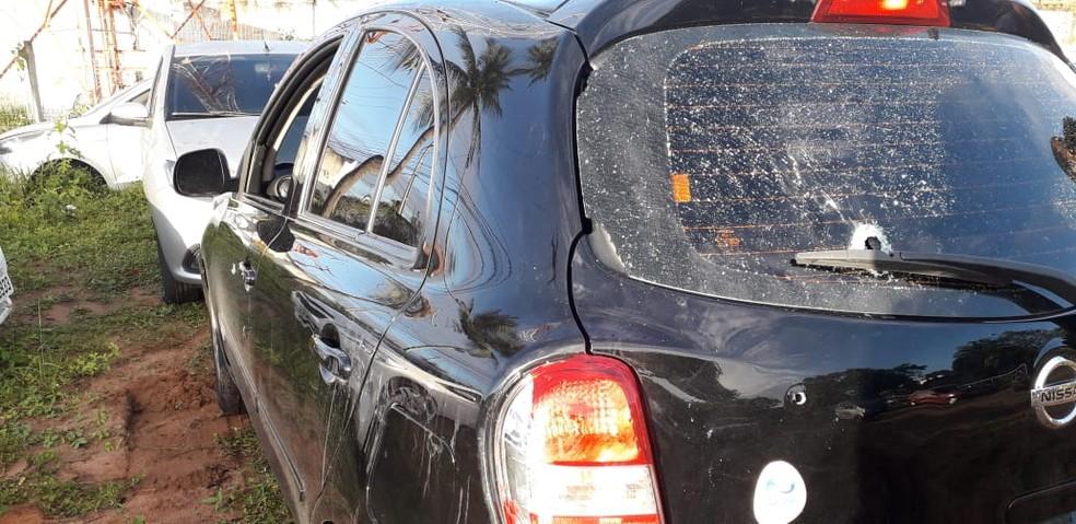 Carro foi recuperado pela PM após troca de tiros com assaltantes na Zona Leste de Natal — Foto: Klênyo Galvão/Inter TV Cabugi