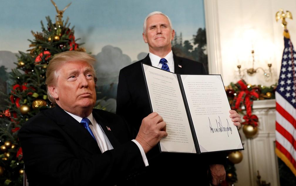 O presidente dos EUA, Donald Trump, exibe proclamação que reconhece Jerusalém como capital de Israel nesta quarta-feira (6) na Casa Branca (Foto: Kevin Lamarque/ Reuters)