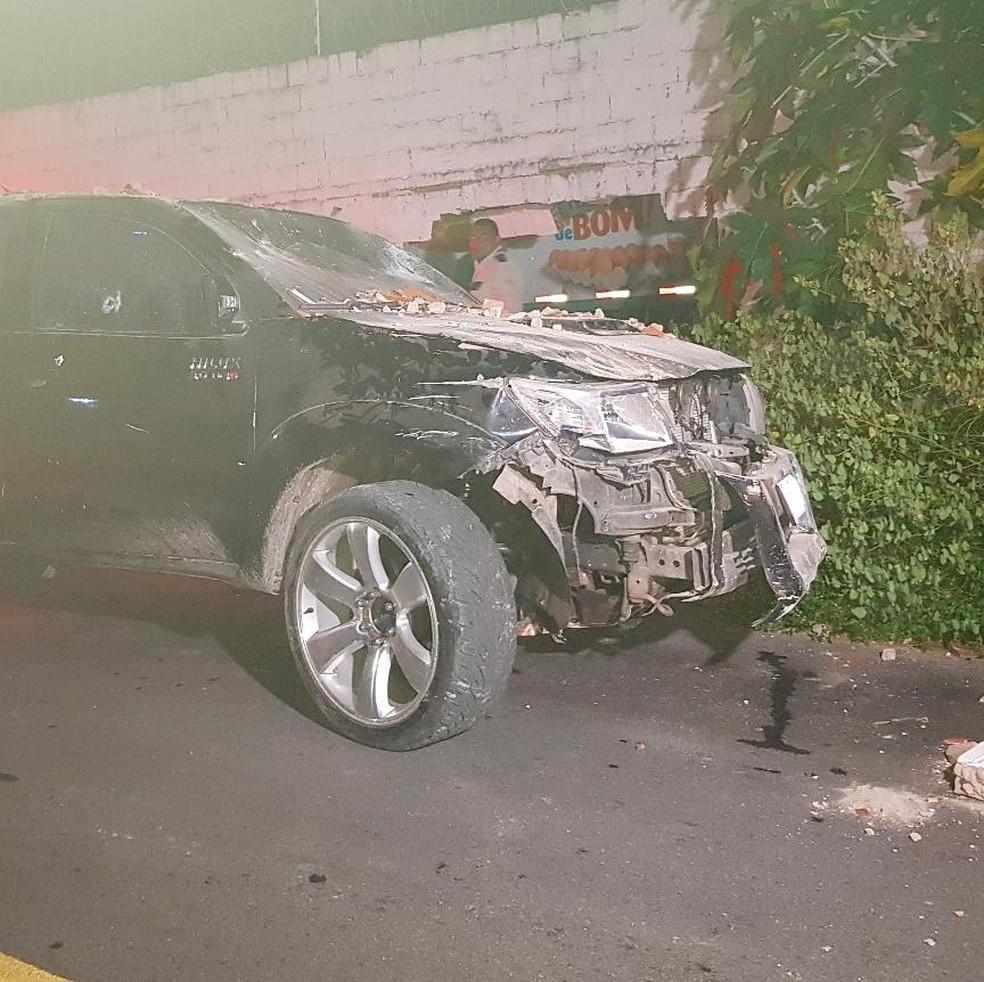 Caminhonete ficou com a frente destruída ao colidir em muro de empresa. — Foto: Rafaela Duarte/Verdes Mares