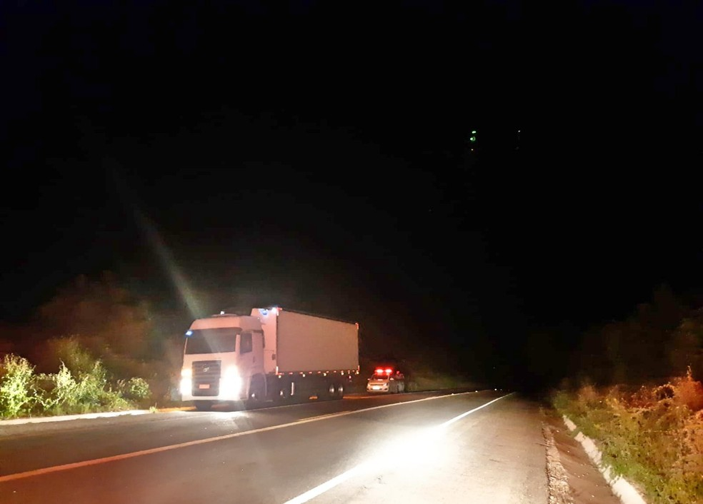 Vítima foi encontrada dentro do caminhão, em Iati — Foto: PRF/Divulgação