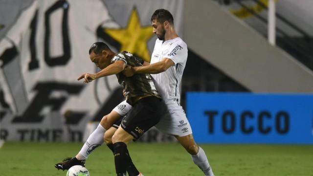 Ricardo Oliveira em lance com Laércio