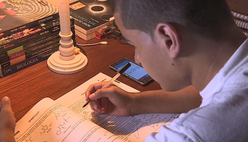 Fabrício Vitorino da Silva, de 18 anos, estudou em casa 10 horas por dia em Rio Claro — Foto: Ronaldo Oliveira/EPTV