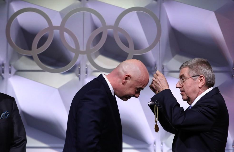 Gianni Infantino, presidente da Fifa, e Thomas Bach, presidente do COI, em encontro em 2020 — Foto: Denis Balibouse/Reuters