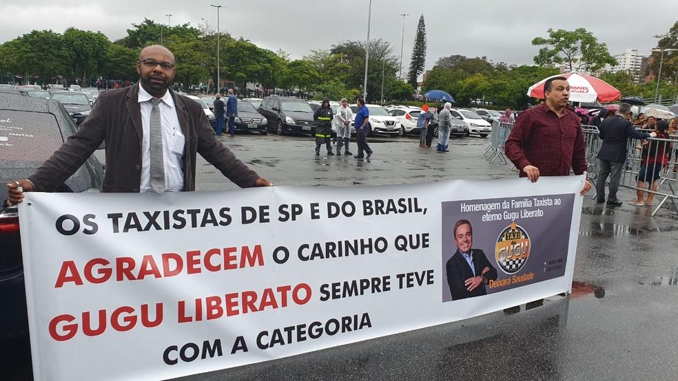 Taxistas prestam homenagem ao apresentador Gugu Liberato em velório na Assembleia de SP. — Foto: Marina Pinhoni/G1