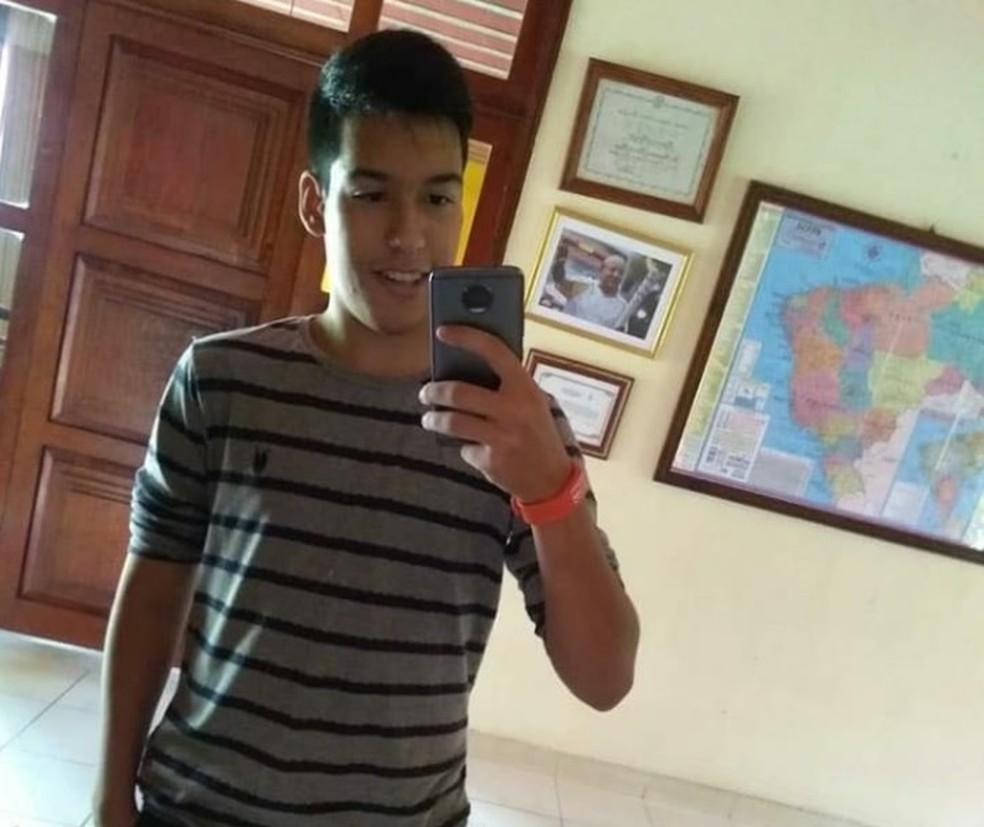 TRISTEZA! Jovem morre após sofrer choque elétrico ao carregar celular em escola do Ceará