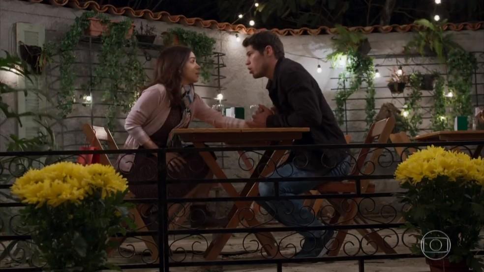 Felipe (Marcos Pitombo) pensa que Shirlei (Sabrina Petraglia) e Adônis (José Loreto) estão namorando 'Haja Coração' — Foto: Globo