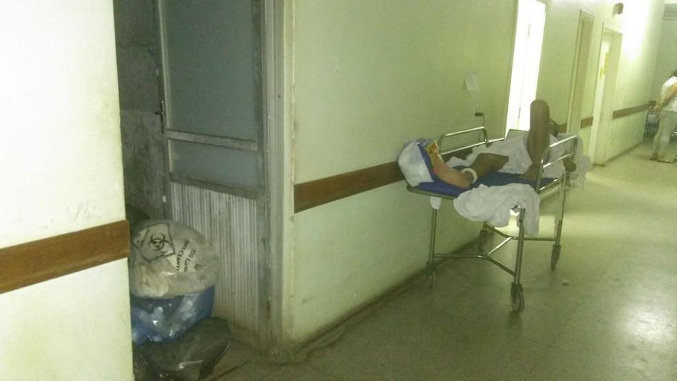 Pacientes ficam internados em macas próximo de lixo — Foto: Divulgação