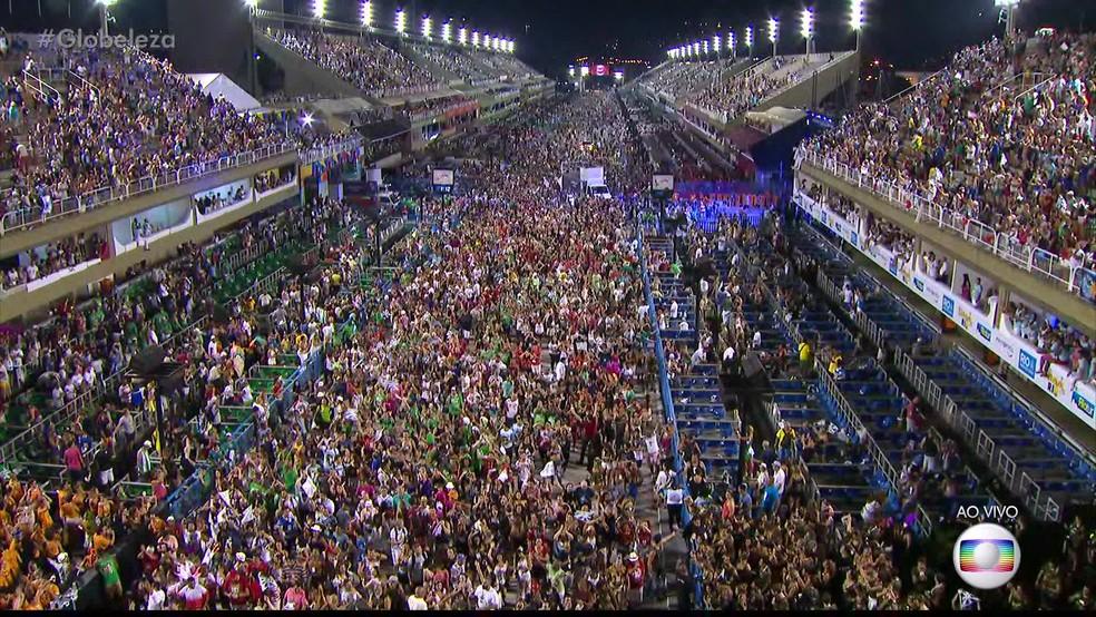 Mar de pessoas invadiu a pista e foi atrás da Beija-Flor ao fim do desfile (Foto: Reprodução/TV Globo)