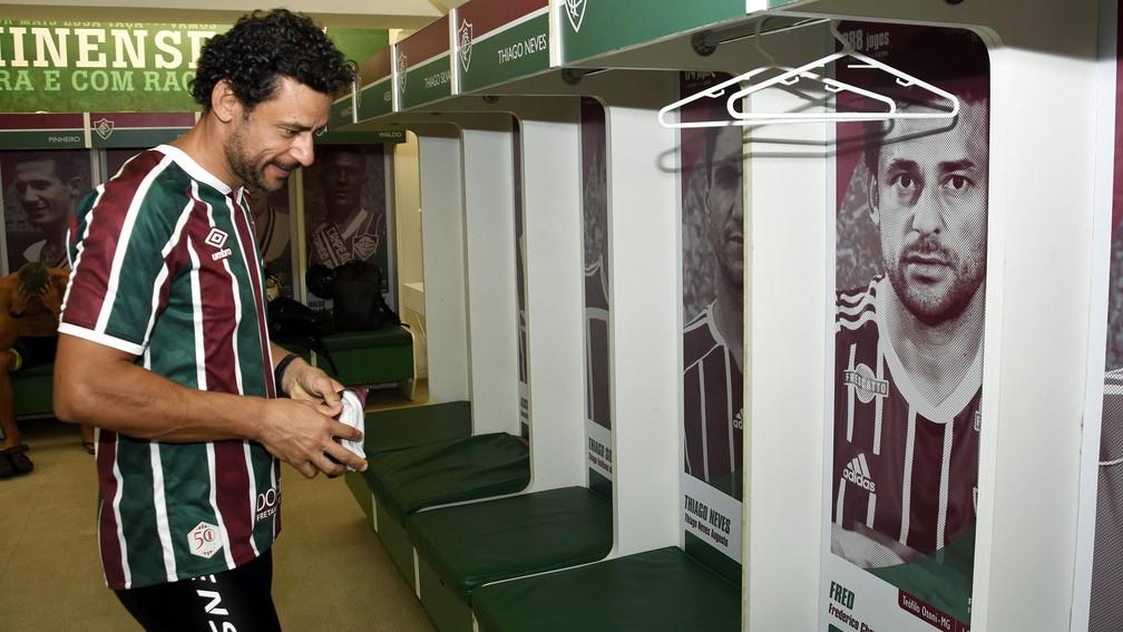 Fred olha a própria foto no vestiário do Fluminense nas Laranjeiras — Foto: Mailson Santana / FFC