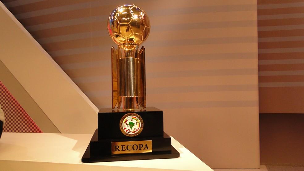 Taça da Recopa Sul-americana que o Flamengo vai disputar em 2020 — Foto: Tayrane Corrêa