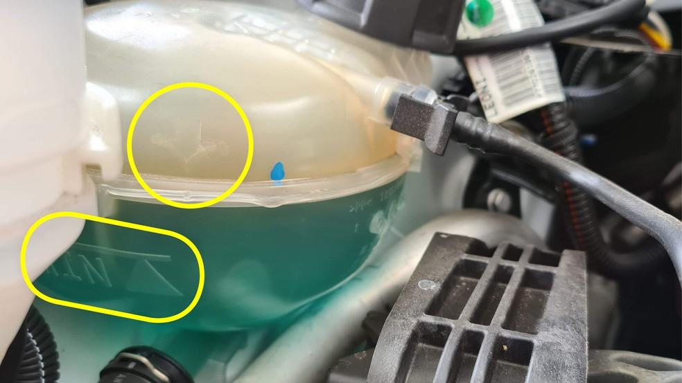 Às vezes pode ser necessário limpar a parte de fora do reservatório do fluido de arrefecimento para localizar as marcas de mínimo e máximo. E NUNCA abra o compartimento com o motor quente — Foto: Autoesporte