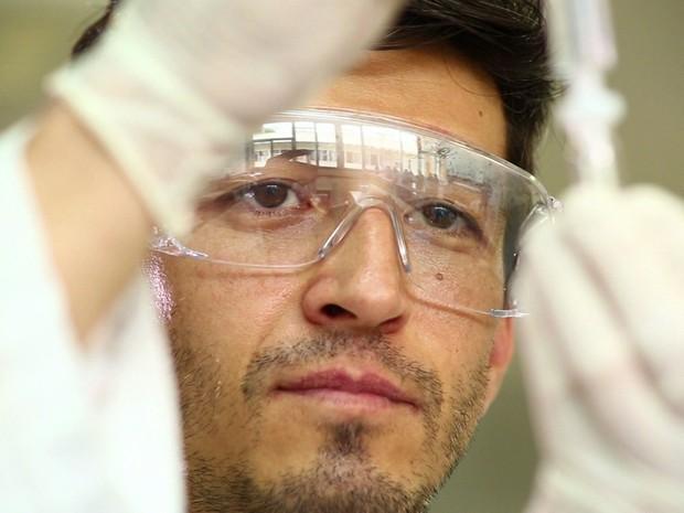 Um dos 12 profissionais do Cedafar (Centro de Estudos e Desenvolvimento Analítico Farmacêutico da Faculdade de Farmácia da UFMG) envolvidos no teste dos genéricos do Fantástico (Foto: Reprodução)