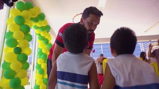 William conhece escola em sua homenagem e leva crianças a jogo no Rio