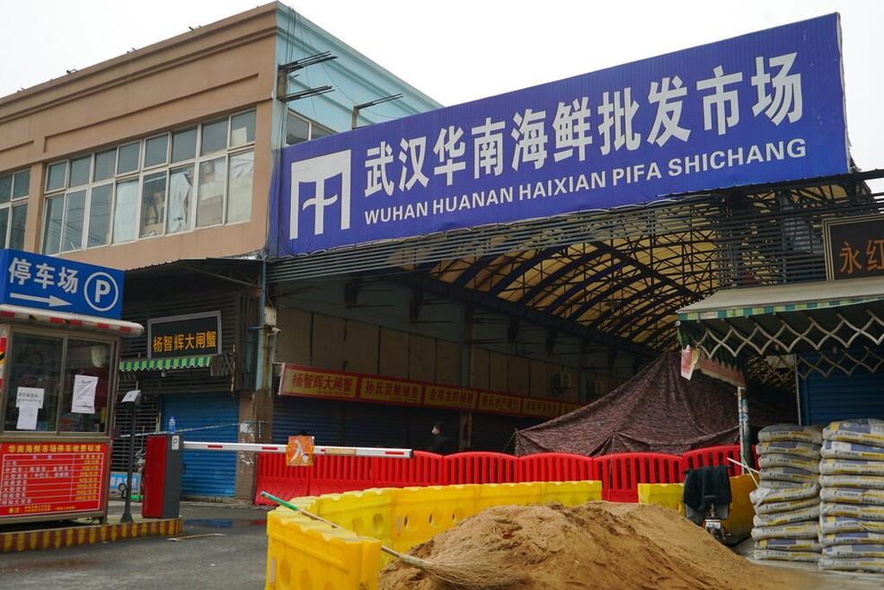 O mercado de frutos do mar de Wuhan Huanan, onde se suspeita que a nova cepa de coronavírus teria começado a se espalhar. O estabelecimento está fechado desde 21 de janeiro de 2020 — Foto: Dake Kang/AP