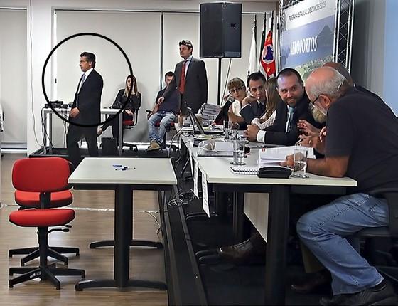 Imagens internas da Agência de Transportes do Estado de São Paulo revelam que Othon Ribeiro, sobrinho de Alckmin (em pé, à esquerda), representou a empresa vencedora na licitação para os aeroportos do estado (Foto: Reprodução)