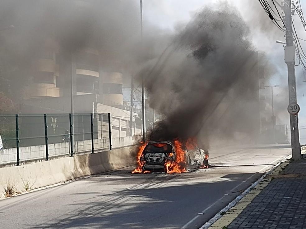 Carro pega fogo em avenida na Zona Sul de Natal — Foto: Lucas Cortez/Inter TV Cabugi