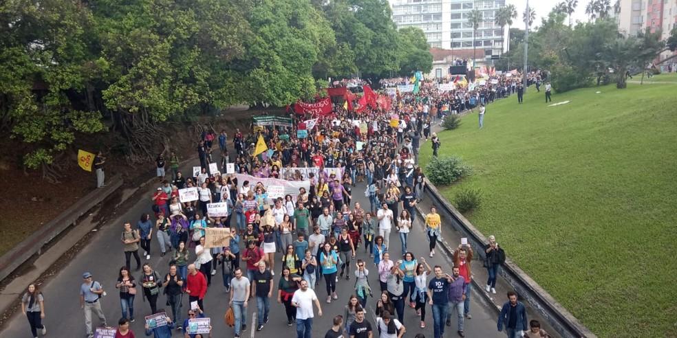 Manifestantes caminham em direção ao Túnel da Conceição, que foi bloqueado — Foto: Jonas Campos/RBS TV