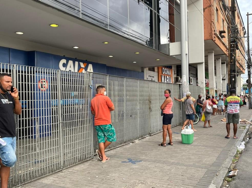 Fila em frente à agência da Caixa no bairro de Casa Amarela, na Zona Norte do Recife — Foto: Mhatteus Sampaio/TV Globo