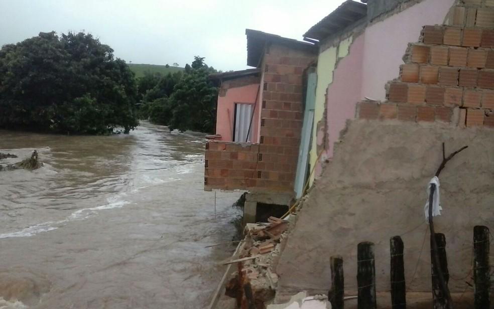 Famílias precisaram abandonas residências por conta do volume de chuvas (Foto:  Estevão Silva/Guarananet.com)