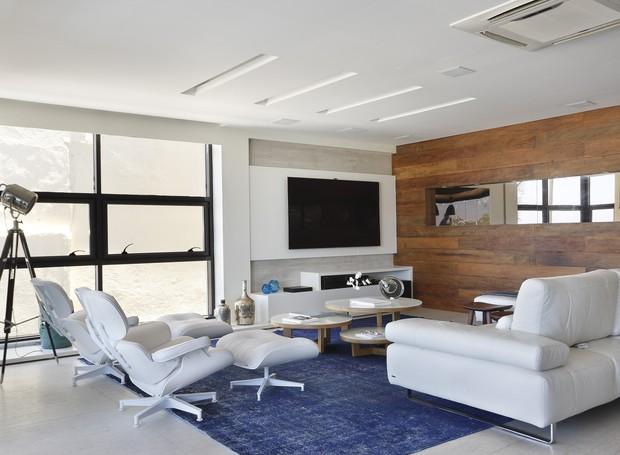 Para reforçar o clima praiano, tons de branco e azul reinam na decoração (Foto: Denilson Machado/ MCA Estúdio/Divulgação)
