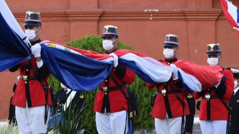 Os paraguaios ainda continuavam intrigados e comovidos com a morte das meninas — Foto: Getty via BBC