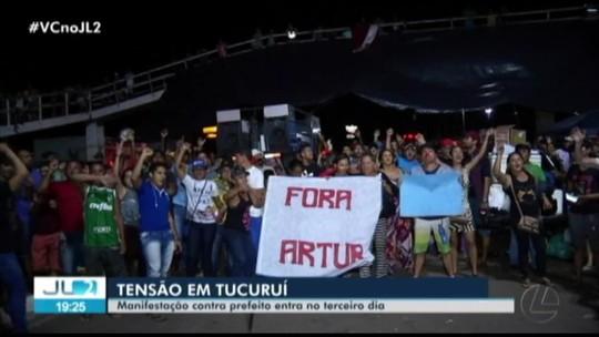 Servidores da Prefeitura de Tucuruí, no PA, protestam pelo terceiro dia consecutivo contra redução salarial