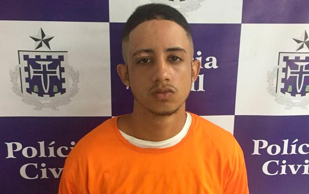 Jovem de 19 anos foi preso com pochete cheia de drogas (Foto: Polícia Civil/Divulgação)