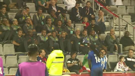 Atacante Gomis, do Al Hilal, comemora gol contra o Espérance em frente ao elenco do Flamengo