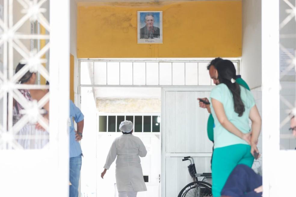Hospital de Uruburetama, com quadro do prefeito e médico denunciado por abuso sexual José Hilson Paiva — Foto: JL Rosa/ SVM