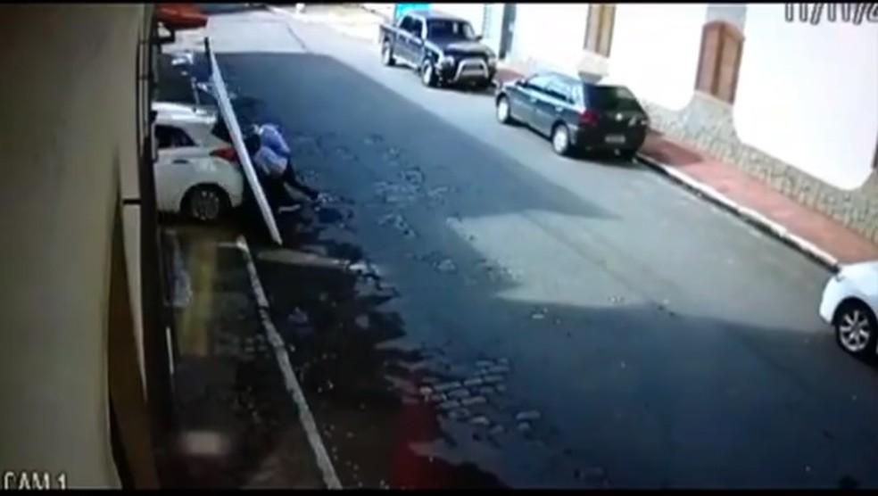 Casal de idosos é atingido por portão após carro descer sozinho de garagem em Paraíba do Sul — Foto: Reprodução